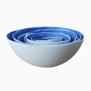 Cuencos apilables de gres fino Bone China en blanco y azul de Manos Kalamenios para Madebymanos. Juego de 7