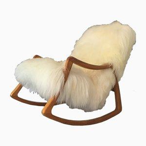 Mecedora Fluffy vintage de madera curvada y piel de oveja de TON, años 60