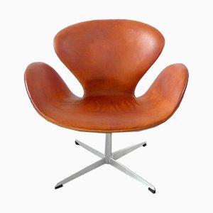 Poltrona Swan in pelle color cognac di Arne Jacobsen, 1964