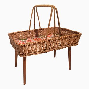 Tavolino con cesta vintage in vimini