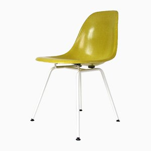 Silla auxiliar en amarillo canario y blanco de Charles & Ray Eames para Vitra, años 60