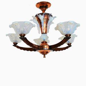 Lámpara de araña francesa de cobre y vidrio opalino de EZAN, años 30