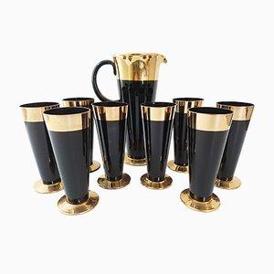 Jarra y ocho vasos francesa Mid-Century de vidrio negro y dorado, años 50
