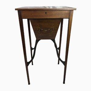 Kleiner französischer handbemalter Tisch aus Nussholz, 1800er