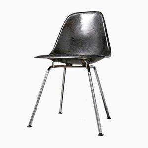 Silla auxiliar vintage de fibra de vidrio en negro de Charles & Ray Eames para Vitra