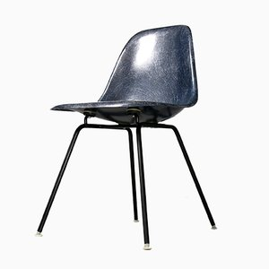 Sedia vintage in fibra di vetro blu marino di Charles & Ray Eames per Vitra