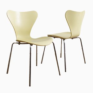 Hellgelbe stapelbare 3107 Stühle von Arne Jacobsen für Fritz Hansen, 2001, 2er Set