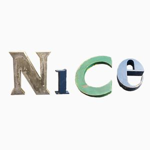 Industrielles lackiertes französisches Vintage NICE Buchstabenset aus Metall