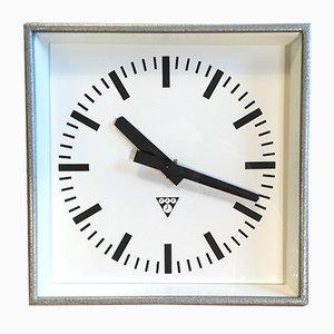 Reloj de pared industrial cuadrado en gris de Pragotron, años 70