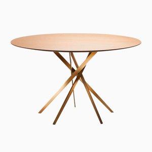 Tavolo IKI con base laccata color oro e ripiano impiallacciato in quercia di Marco Zanuso Jr. per Adentro