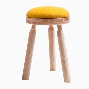Taburete Ninna de fresno natural con asiento de lana amarilla de Carlo Contin para Adentro