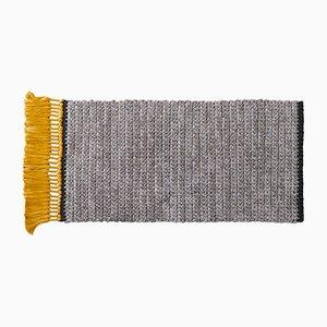 Tappeto fatto a mano in poliestere e cotone grigio e color oro di Iota Hand Stitched
