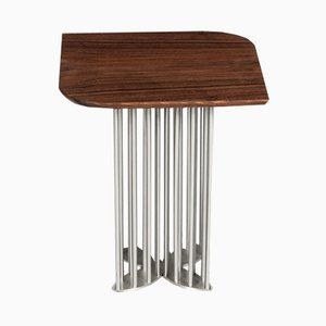 Tavolino Naiad in noce ed acciaio di Naz Yologlu per NAAZ