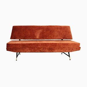 Sofá de tres plazas de terciopelo con patas de latón, años 50