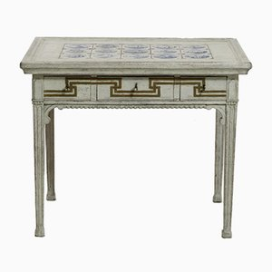 Antiker geschnitzter Tisch mit Kacheln