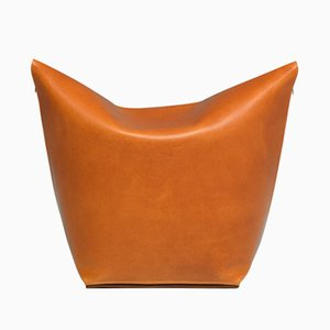 Puf Mao de cuero naranja de Viola Tonucci para Tonucci Manifestodesign