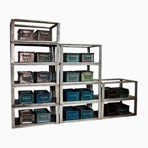 Libreria vintage industriale con scatole in metallo