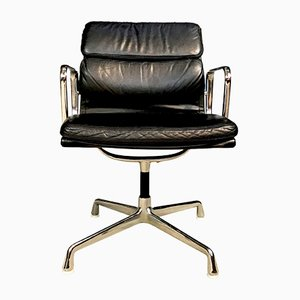 Sedia girevole EA208 in alluminio e pelle di Charles & Ray Eames per Herman Miller, anni '70