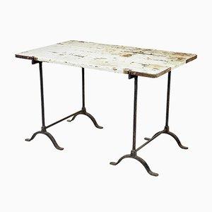Mesa de trabajo antigua de hierro y pino con caballetes