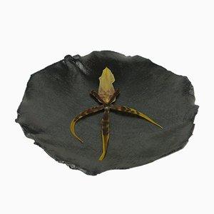 Cuenco de gres con pétalos y esmalte negro de Christine Roland