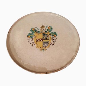 Centrotavola antico in maiolica con stemma, fine XVII secolo