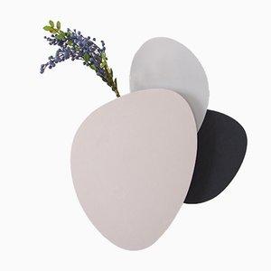 Jarrón de pared Teumsae en capas en tonos fríos de Extra&ordinary Design