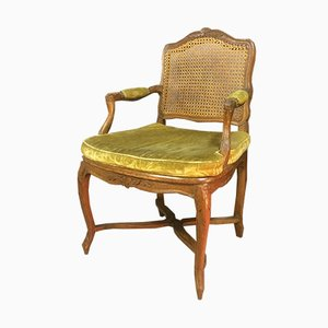 Antiker Armlehnstuhl aus Schilfrohr & Nussholz