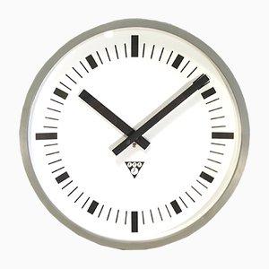 Reloj de pared industrial de baquelita gris de Pragotron, años 70