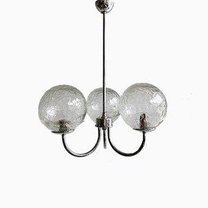 Lámpara colgante vintage con tres brazos cromados y pantallas en forma de globo texturizado