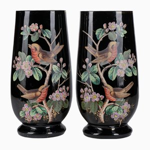 Schwarze französisch Vasen aus Opalglas mit handbemalten Vogel-Motiven, 19. Jh., 2er Set