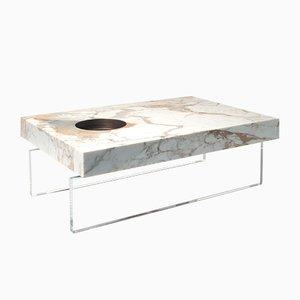 Tavolo rotondo in marmo Calacatta oro e ottone con base in plexiglas di Stefano Belingardi Clusoni per MMairo