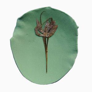 Recipiente en forma de pétalo de gres con engobe verde y flores prensadas de Mary Lennox Flowers, 2018
