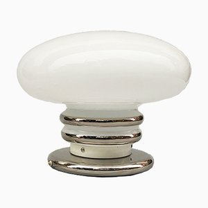 Lámpara de mesa vintage de metal cromado y vidrio opalino, años 70