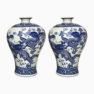 Paar blau-weiße chinesische Vasen aus Porzellan mit Drachen-Motiv, 1970er