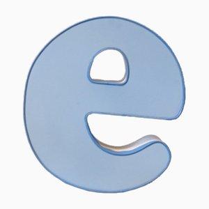 Letra E luminosa vintage en azul y blanco