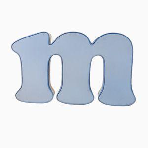 Letra M luminosa vintage en azul y blanco