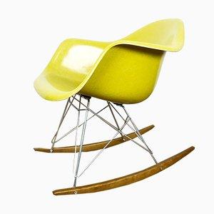 Sedia a dondolo gialla in fibra di vetro di Charles & Ray Eames per Herman Miller, anni '60