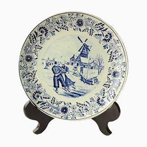 Piatto in ceramica raffigurante un paese olandese di Boch Delfts, anni '50