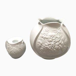 Jarrón y candelabro de porcelana biscuit de Kaiser, años 60. Juego de 2