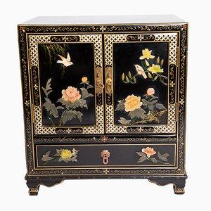 Mueble chino vintage con incrustaciones de piedra