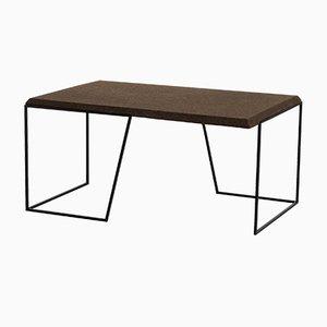 Mesa de centro Grão #1 de corcho oscuro con patas negras de Mendes Macedo para Galula