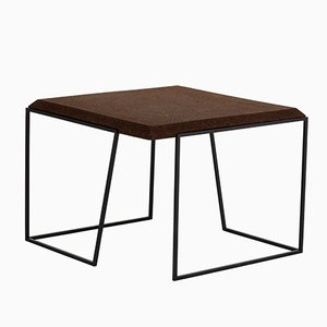 Tavolino da caffè Grão #2 in sughero scuro con gambe nere di Mendes Macedo per Galula