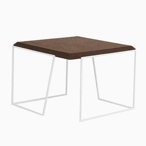 Tavolino da caffè Grão #2 in sughero scuro con gambe bianche di Mendes Macedo per Galula