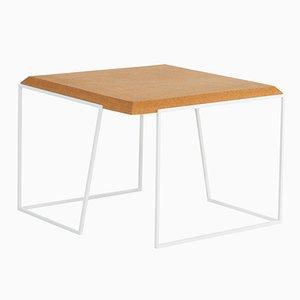 Tavolino da caffè Grão #2 in sughero chiaro con gambe bianche di Mendes Macedo per Galula