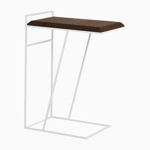 Tavolino Grão #3 in sughero scuro con gambe bianche di Mendes Macedo per Galula