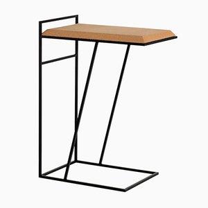 Tavolino Grão #3 in sughero chiaro con gambe nere di Mendes Macedo per Galula