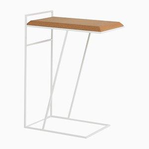 Tavolino Grão #3 in sughero chiaro con gambe bianche di Mendes Macedo per Galula