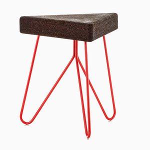 Sgabello Três in sughero scuro con gambe rosse di Mendes Macedo per Galula