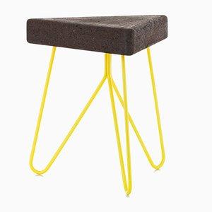 Sgabello Três in sughero scuro con gambe gialle di Mendes Macedo per Galula