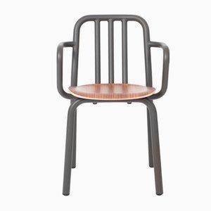 Silla Tube en gris antracita con asiento de nogal y reposabrazos de Mobles114